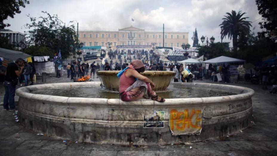 Manifestante durante protesto no centro de Atenas, Grécia, na quarta-feira, 15 de junho