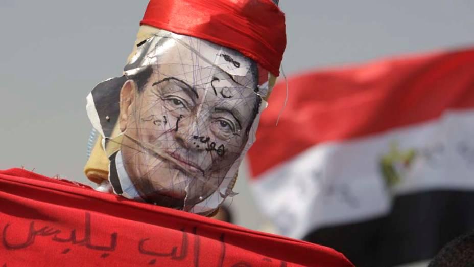 No Cairo, Egito, manifestantes protestam contra Hosni Mubarak durante o seu julgamento