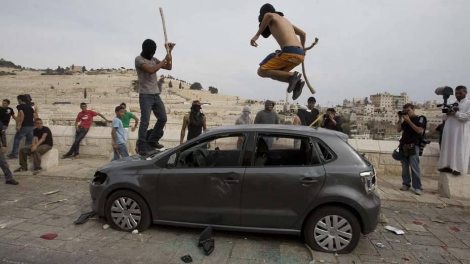 Jovens destroem carro em Jerusalém durante manifestação no enterro de um palestino morto pelo exército israelense
