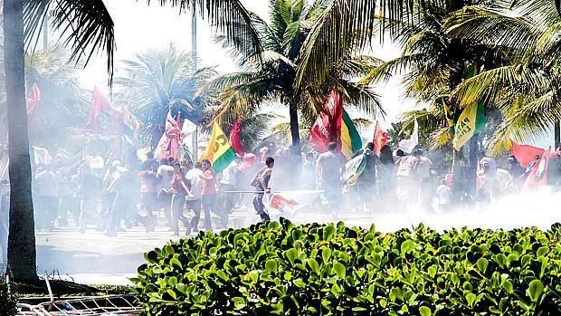 Manifestantes que protestam contra o leilão da área de Libra, na Barra da Tijuca, conseguiram romper a barreira que separava o ato do Hotel Windsor, cercado por homens da Tropa de Choque, nesta segunda-feira