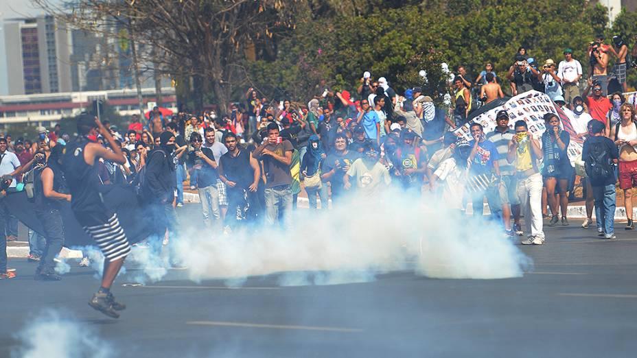 Brasília - Manifestantes entram em confronto com a polícia nos arredores do estádio Mané Garrincha antes do amistoso entre Brasil e Austrália