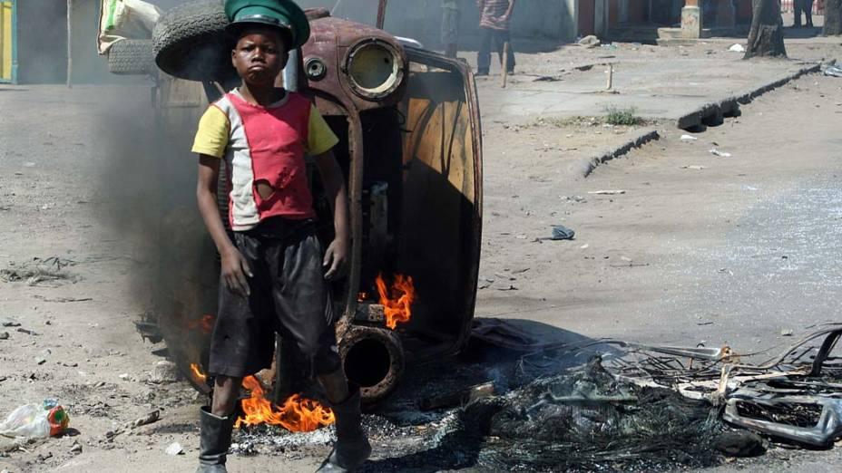 Em Moçambique, jovem manifestante participa de protesto contra o preço dos alimentos e combustíveis