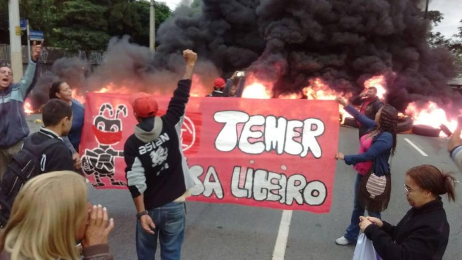 Integrantes do Movimento dos Trabalhadores Sem Teto (MTST) ocupam calçada em frente à Câmara Municipal em São Paulo