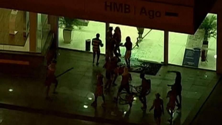 Protesto na Barra: vândalos invadem concessionária