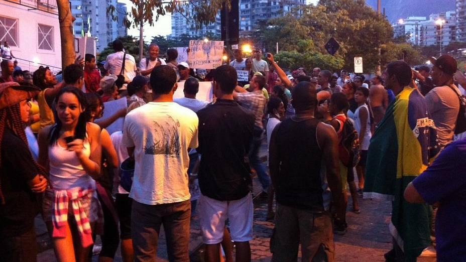 Protesto na Rocinha: moradores se reuniram em protesto até a casa do governador Sérgio Cabral nesta terça (25/6)
