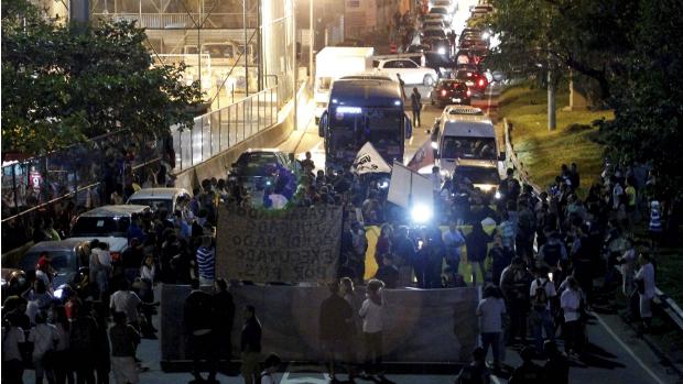 Manifestantes fecham os dois sentidos do túnel Zuzú Angel na Rocinha para protestar contra o desaparecimento de Amarildo