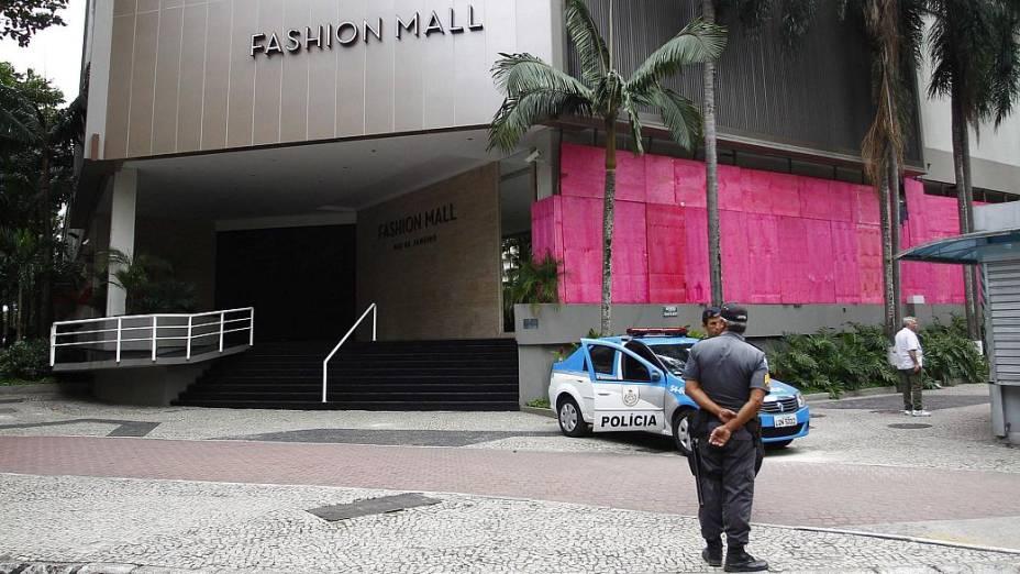 Protesto na Rocinha: shoppings fecharam mais cedo e protegeram fachadas com tapumes para protesto desta terça (25/6)