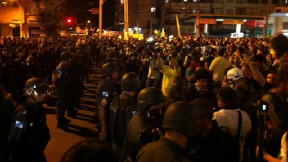Protesto na Tijuca: manifestantes encontram barreira de policiais próximo ao Maracanã neste domingo (30/6)