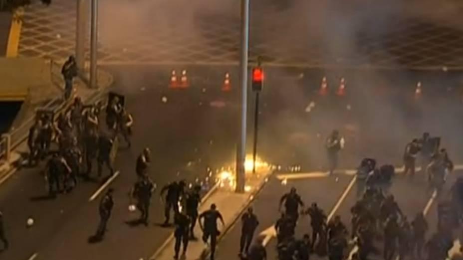 Protesto na Tijuca: manifestantes jogam objetos e fogos de artifício contra policiais neste domingo (30/6)