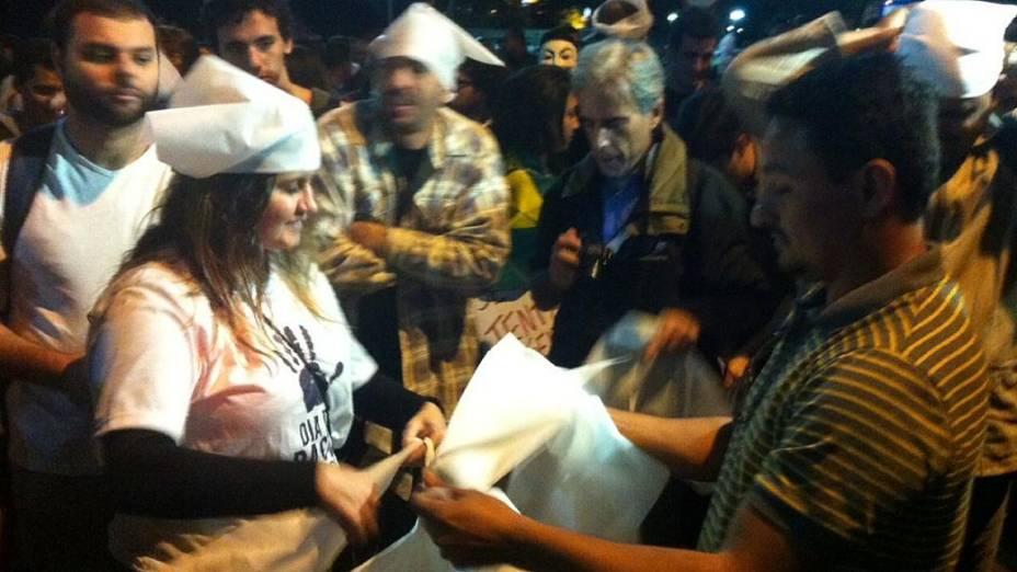 Protesto no Leblon: em frente à casa do governador Sérgio Cabral, Jerusa Lopes distribui guardanapos para manifestantes colocarem na cabeça, nesta quinta (4/7)