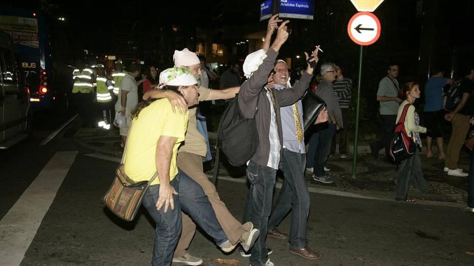 Protesto no Leblon: guardanapos na cabeça foram a marca do ato na rua do governador, nesta quinta (4/7)