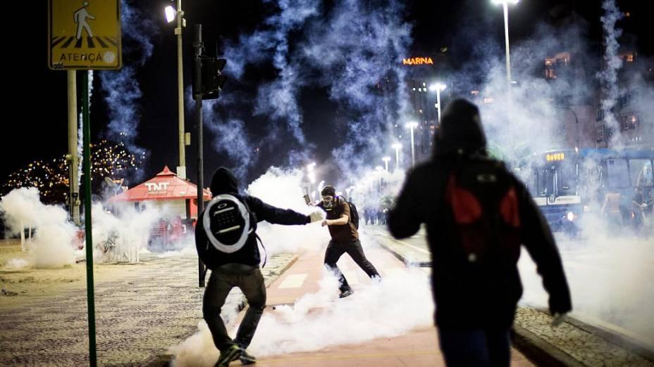 Protesto no Leblon: polícia joga bombas de gás lacrimogêneo contra manifestantes nesta quinta (4/7)