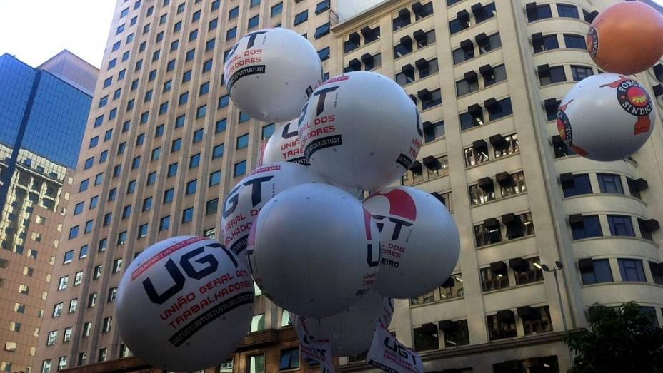 Protesto no Rio: balões da UGT e da Força Sindical dão o tom da passeata desta quinta (11/7)