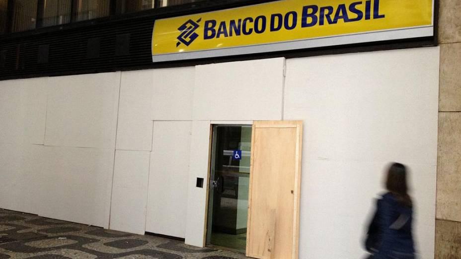 Protesto no Rio: bancos mantêm proteção na fachada nesta segunda (24/6), dia de novo protesto no Centro