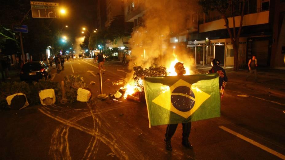 Protesto no Rio: Em fuga, manifestantes atearam fogo a objetos nesta quarta (17/7)