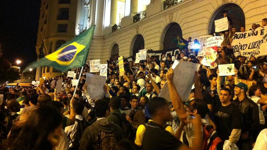 Protesto no Rio: manifestantes ocupam escadaria da Câmara de Vereadores nesta segunda (24/6)