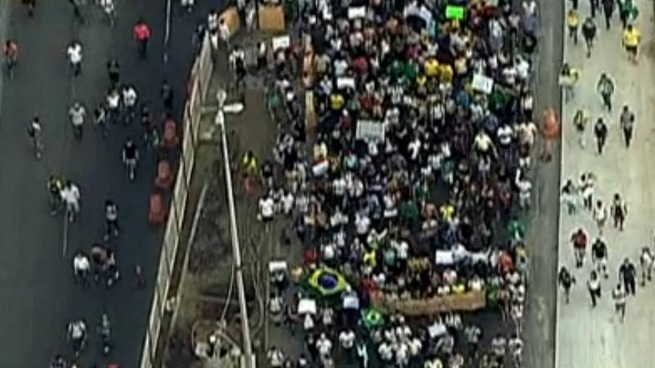 Protesto no Rio: manifestantes ocupam parte de avenida na Barra da Tijuca, nesta sexta