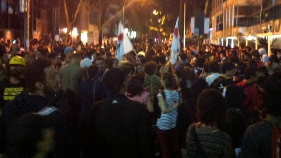 Protesto no Rio: Manifestantes se aglomeram em frente à casa do governador Sérgio Cabral, nesta quarta (17/7)