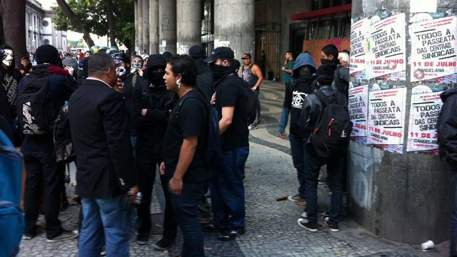 Protesto no Rio: mascarados se juntam ao grupo que protesta pacificamente nesta quinta (11/7)