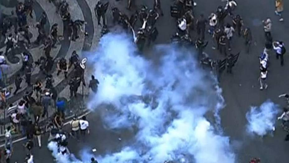 Protesto no Rio: polícia soltou bombas de gás lacrimogêneo no início da passeata desta quinta (11/7)
