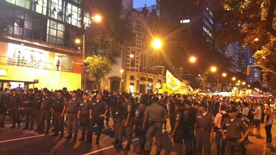 Protesto no Rio: policiais fazem cordão de segurança em torno da passeata desta quinta (27/6)