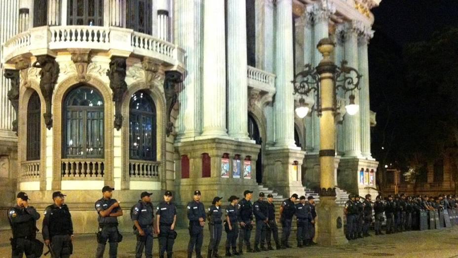 Protesto no Rio: policiais protegem o Theatro Municipal, na Cinelândia, onde chegam os manifestantes nesta segunda (24/6)
