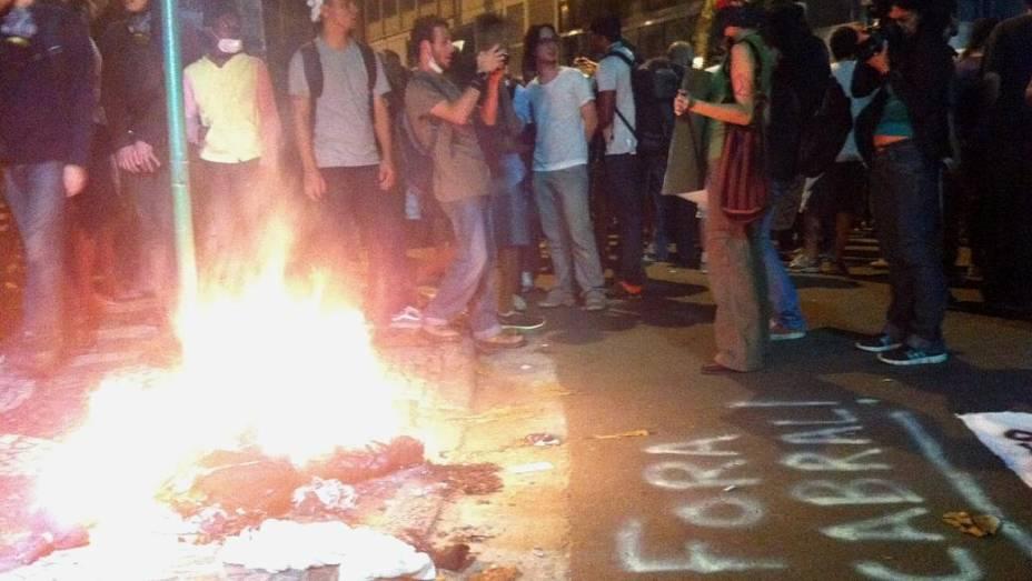 Protesto no Rio: um boneco foi queimado por manifestantes na esquina do prédio de Sérgio Cabral, nesta quarta (17/7)