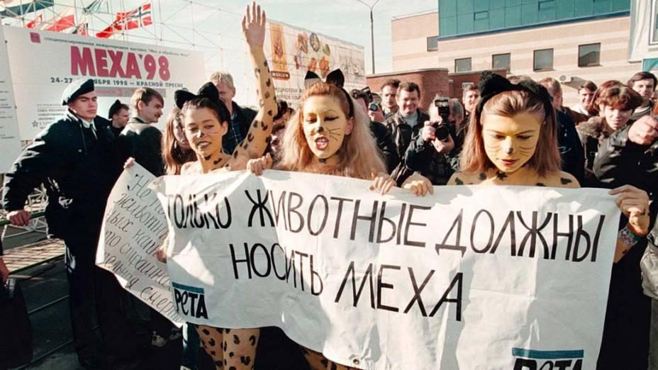 Ativistas protestam contra a crueldade animal em Moscou, Rússia