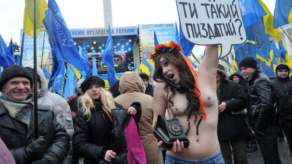 Ativista feminista do movimento Femen durante protesto contra o presidente ucrâniano Viktor Yanukovych, na Praça da Independência, em Kiev