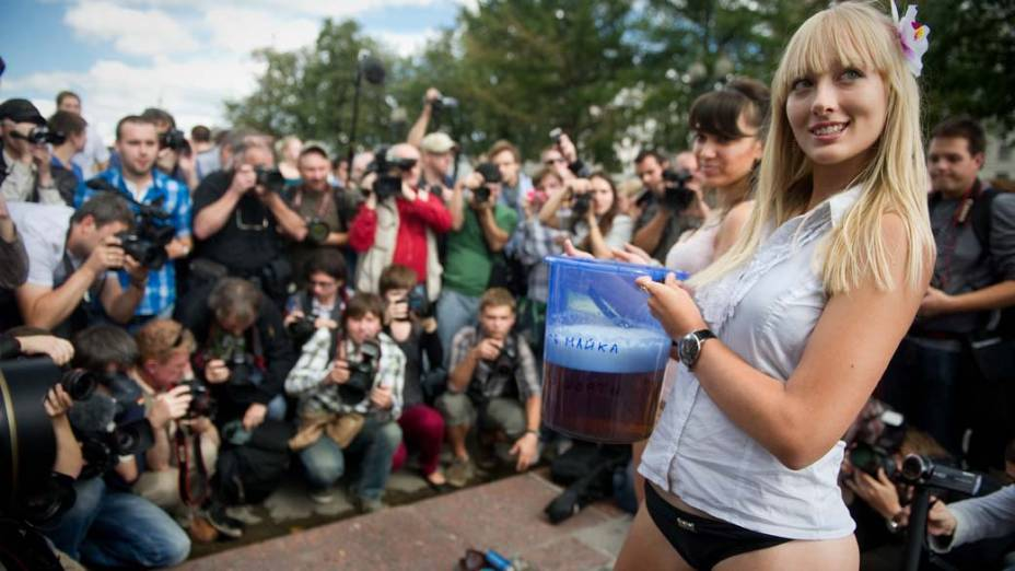 Em Moscou, manifestantes russas durante ação para desencorajar o consumo de álcool entre jovens, em apoio a medidas do presidente Dmitry Medvedev