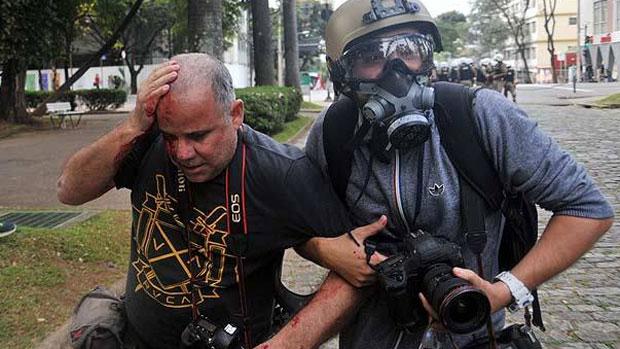 Repórter-fotográfico Sérgio Moraes, da agência Reuters, foi atingido durante manifestação contra a Copa em BH