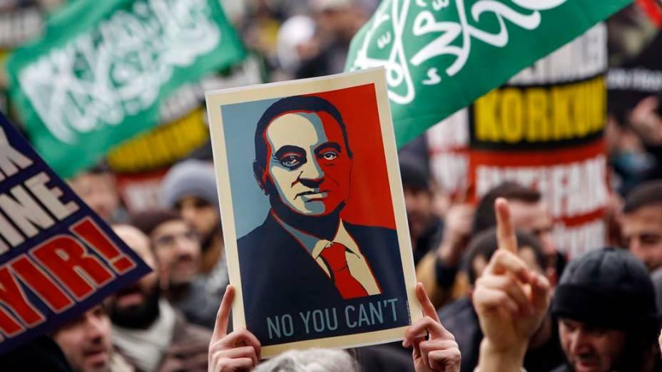 Placa com imagem de Hosni Mubarak durante protesto no centro do Cairo, Egito