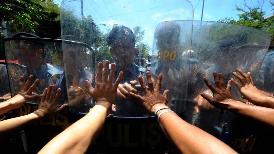 Manifestantes protestam contra a recusa do governo em aumentar o salário mínimo, em frente ao palácio Malacanang de Manila, nas Filipinas