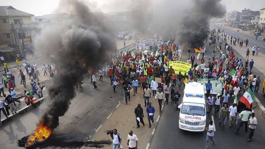 Protesto da população em greve geral contra o aumento do preço da gasolina em Lagos, Nigéria