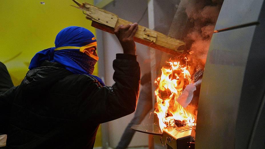 Rio de Janeiro - Manifestantes mascarados que se infiltraram no protesto pacífico dos professores, destruíram caixas eletrônicos de uma agência bancária no centro - (07/10/2013)