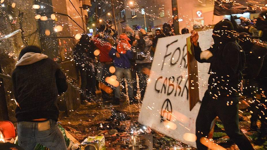 Rio de Janeiro - Manifestantes mascarados tentam destruir a entrada da Câmara Municipal na sequência de confrontos após manifestação pacífica de professores - (07/10/2013)