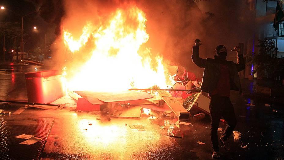 Rio de Janeiro - Um ônibus foi incêndiado após a ação de um grupo de manifestantes que se infiltrou no protesto pacífico dos professores, que exigiam melhores condições de trabalho e contra a violência da polícia - (07/10/2013)