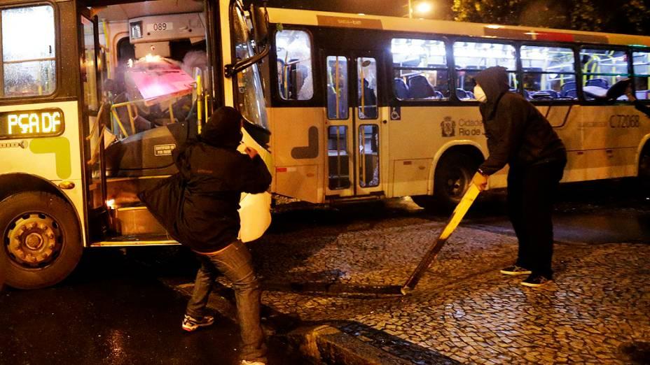 Rio de Janeiro - Manifestantes mascarados que se infiltraram no protesto pacífico dos professores, tentam destruir um ônibus - (07/10/2013)