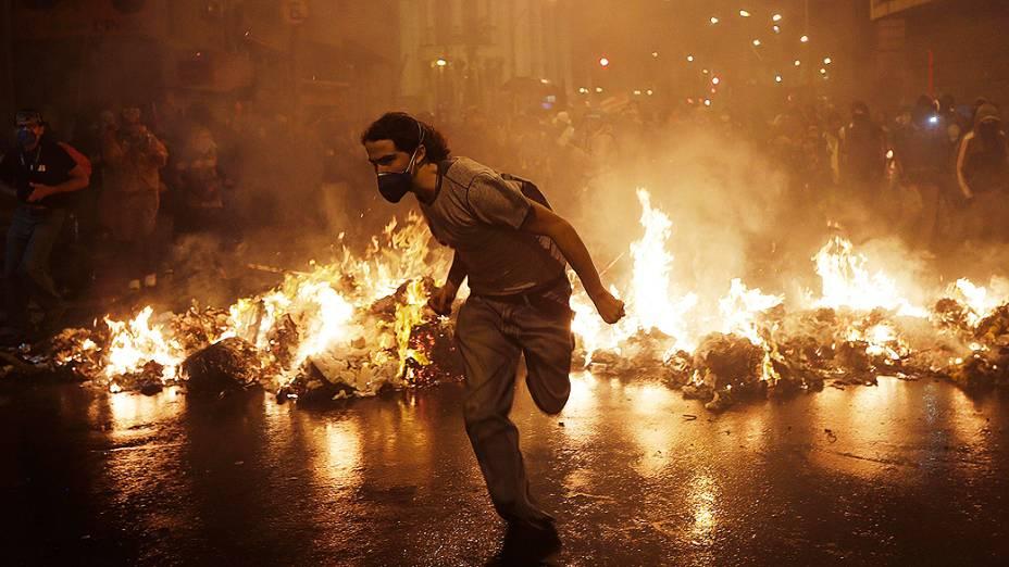 Rio de Janeiro - Um manifestante do Black Bloc corre para fora da Assembleia Municipal durante um protesto em apoio a greve dos professores - (07/10/2013)