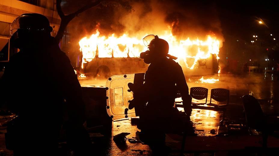 Rio de Janeiro - Um ônibus foi incêndiado após a ação de um grupo de manifestantes mascarados que se infiltrou no protesto pacífico dos professores, que exigiam melhores condições de trabalho e contra a violência da polícia - (07/10/2013)