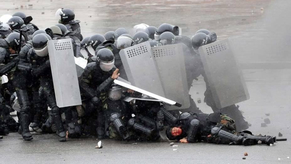 Em abril, oposicionistas ao governo do Quirguistão se rebelaram contra o estado, enfrentaram as forças de segurança e depuseram o presidente Kurmanbek Bakiyev
