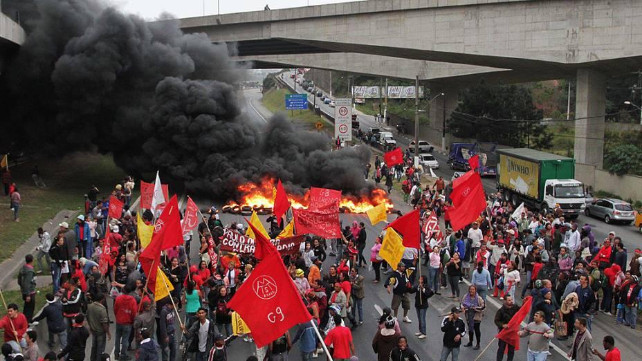 Manifestação de sem-teto interdita os dois sentidos da rodovia Régis Bittencourt em Embu das Artes, na Grande São Paulo
