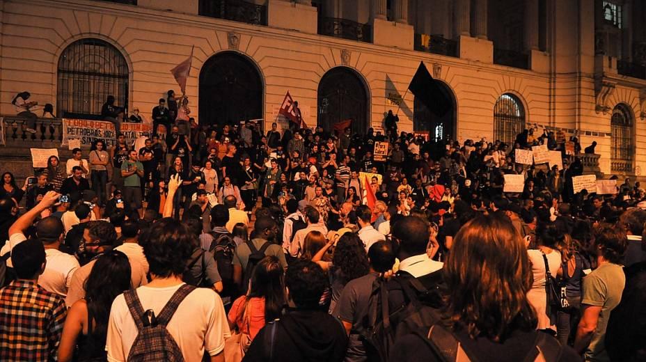 Manifestantes se reúnem na frente da Câmara Municipal do Rio na segunda-feira, 13 de agosto