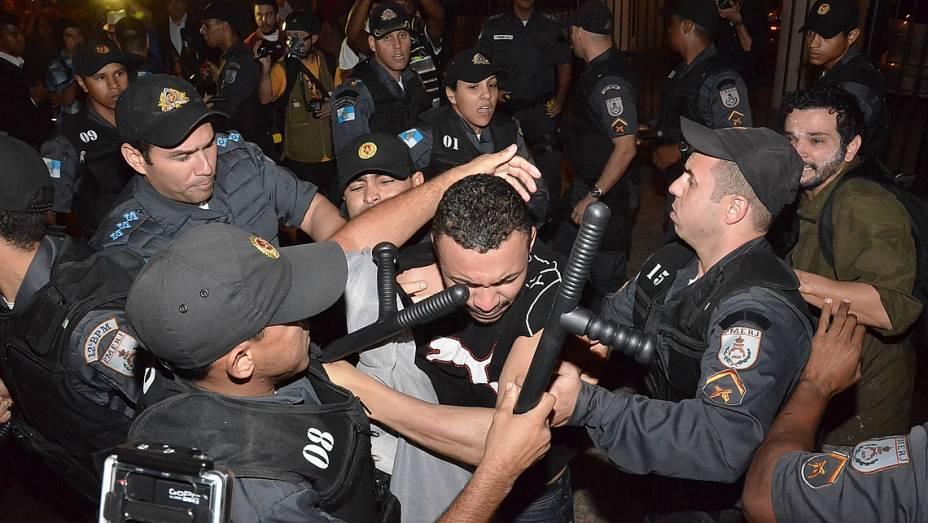 Confronto entre policiais e manifestantes em frente ao Palácio Guanabara, Zona Sul do Rio de Janeiro, nesta segunda-feira