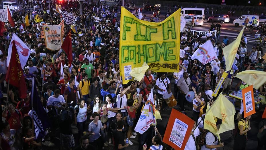 Manifestantes protestam contra a Copa do Mundo no Rio de Janeiro