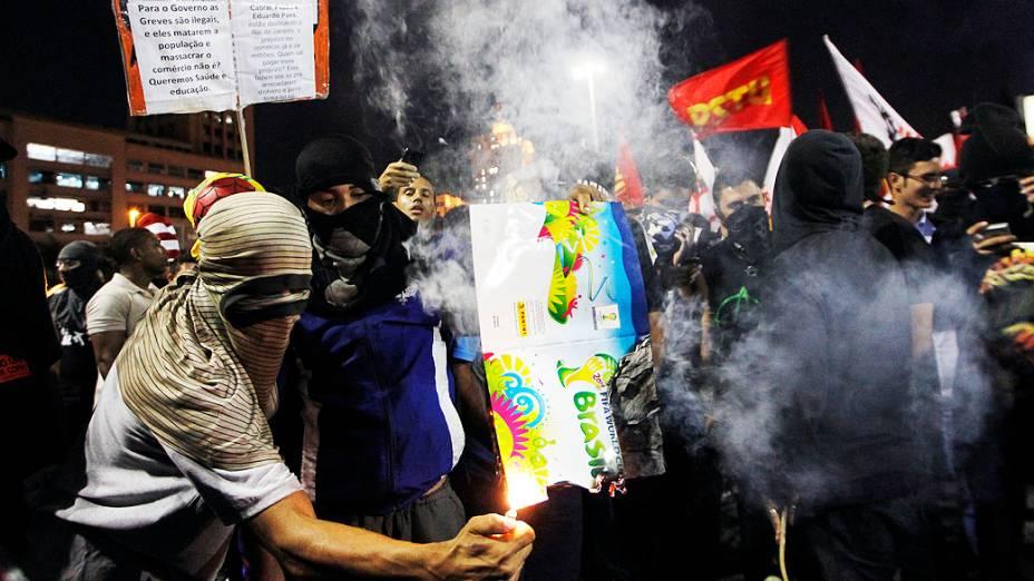 Protesto unificado no Centro do Rio de Janeiro reúne manifestantes contra a Copa do Mundo e profissionais da educação, na noite desta quinta-feira (15)