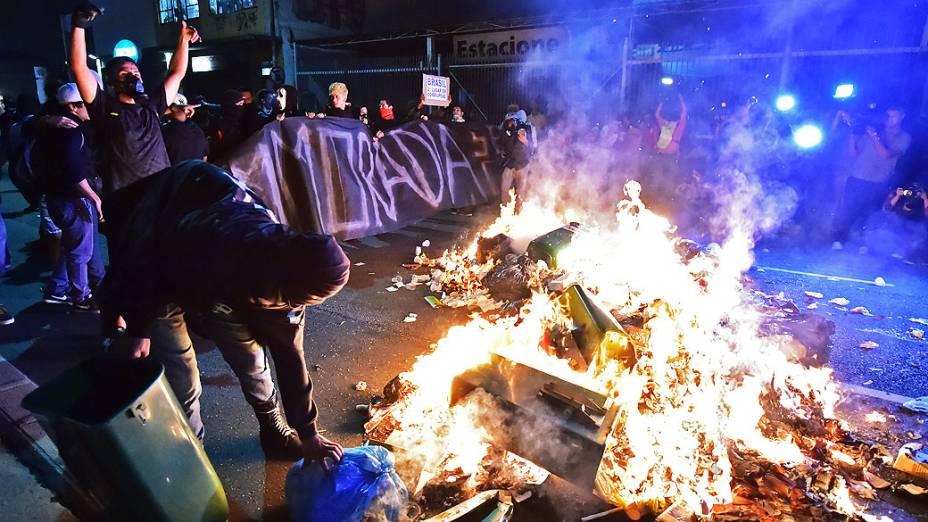 Manifestantes protestam na rua da Consolação, na região central de São Paulo, no final da tarde desta quinta-feira (15), durante ato contra a realização da Copa do Mundo