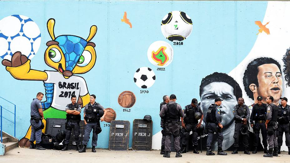 Polícia de choque se reúne para a Copa das Confederações antes da partida final entre Brasil e Espanha no Maracanã no Rio de Janeiro