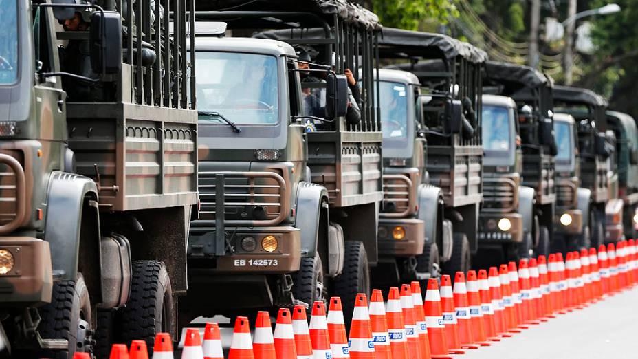 Soldados brasileiros chegam em caminhões para o estádio do Maracanã antes da final da Copa das Confederações de futebol entre Brasil e Espanha no Rio de Janeiro