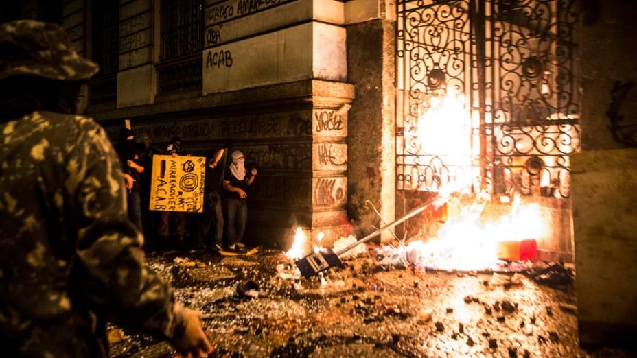 Manifestantes mascarados que se infiltraram no protesto pacífico dos professores, lançam pedras e coquetéis molotov no Palácio Tiradentes, sede da Assembleia Legislativa